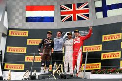 Победитель гонки - Льюис Хэмилтон, Mercedes AMG F1 празднует на подиуме с занявшим второе место - Максом Ферстаппеном, Red Bull Racing и занявшим третье место - Кими Райкконеном, Ferrari