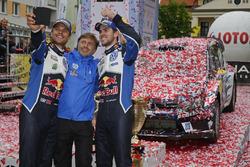 Para pemenang Andreas Mikkelsen, Anders Jテ、ger, Volkswagen Polo WRC, Volkswagen Motorsport bersama Jost Capito, Volkswagen Motorsport Director