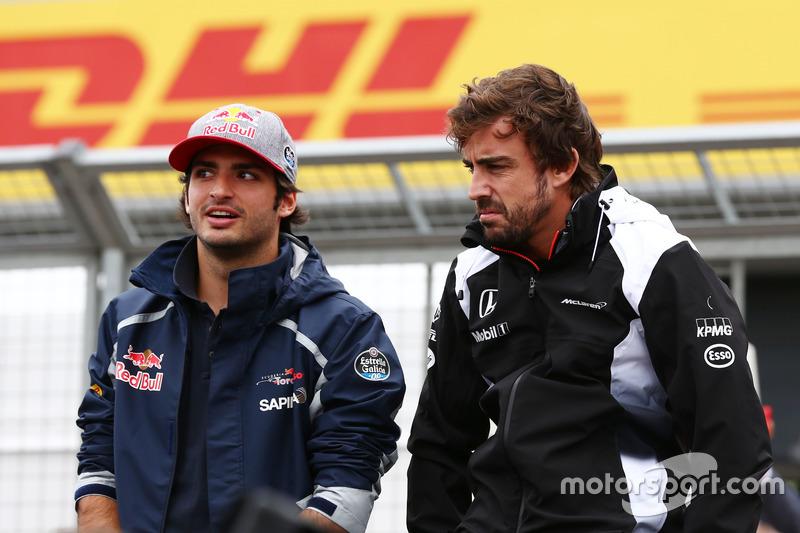 Carlos Sainz, Scuderia Toro Rosso con Fernando Alonso, McLaren en el desfile de pilotos