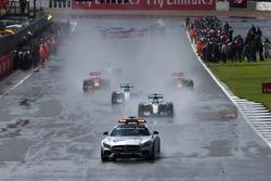 Lewis Hamilton, híbrido de Mercedes AMG F1 W07 conduce detrás del coche de seguridad FIA
