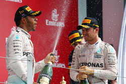 Льюис Хэмилтон, Mercedes AMG F1 W07, и Нико Росберг, Mercedes AMG Petronas F1 W07
