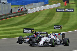Valtteri Bottas, Williams FW38 em Jenson Button McLaren MP4-31 vechten voor positie