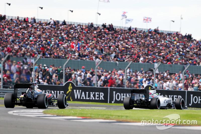 Alonso celebró poder pelear con otros equipos. Entre ellos, con Williams. Persiguiendo a Massa se salió de pista, y ahí murieron todas sus opciones de puntuar. Fue 13º.