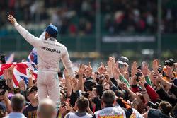 Il vincitore della gara Lewis Hamilton, Mercedes AMG F1 W07 Hybrid festeggia con i tifosi