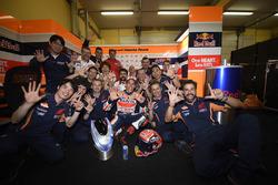 Переможець гонки Марк Маркес, Repsol Honda Team святкує разом з командою