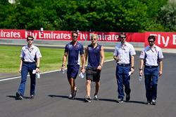 Marcus Ericsson, Sauber F1 Team camina por el circuito con el equipo
