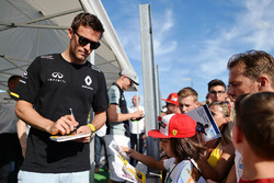 Jolyon Palmer, Renault Sport F1 Team, gibt Autogramme