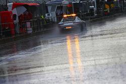 La Safety Car FIA percorre la pit lane mentre la pioggia ritarda le qualifiche