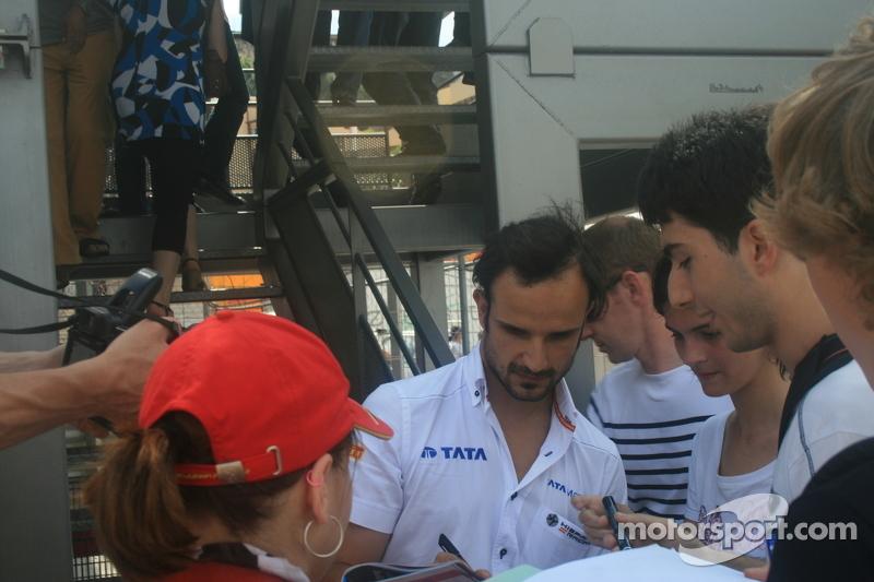 Vitantonio Liuzzi doing autographs