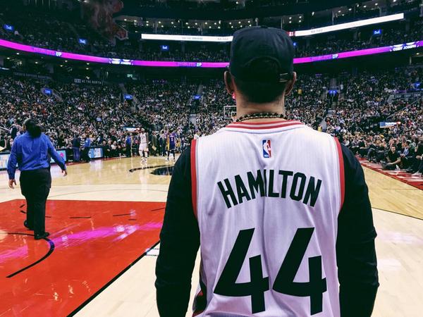Lewis Hamilton ganha uniforme personalizado do Toronto Raptors
