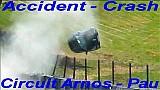 Un Renault Clio tiene un enorme accidente en la pista del Circuito de Pau-Arnos